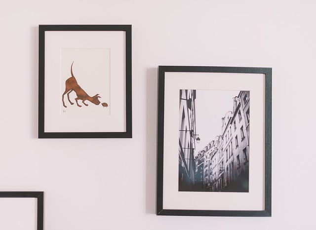 Hanging picture frames to decorate small homes