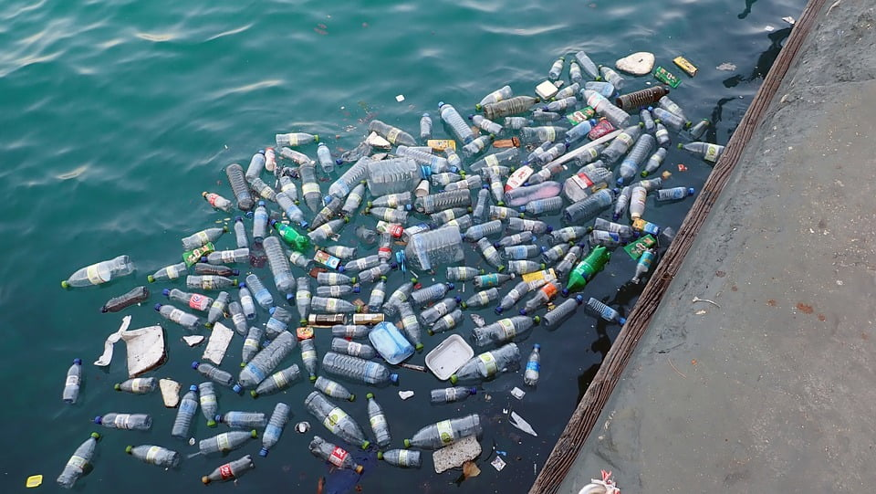 Photo illustrating plastic pollution in the ocean