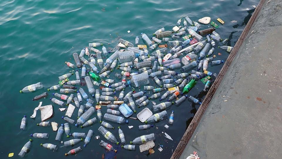 Photo illustrating plastic pollution in the ocean